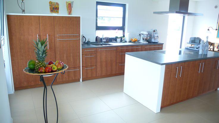 Helle, freundliche Küche mit Holzoptik und Kücheninsel ...