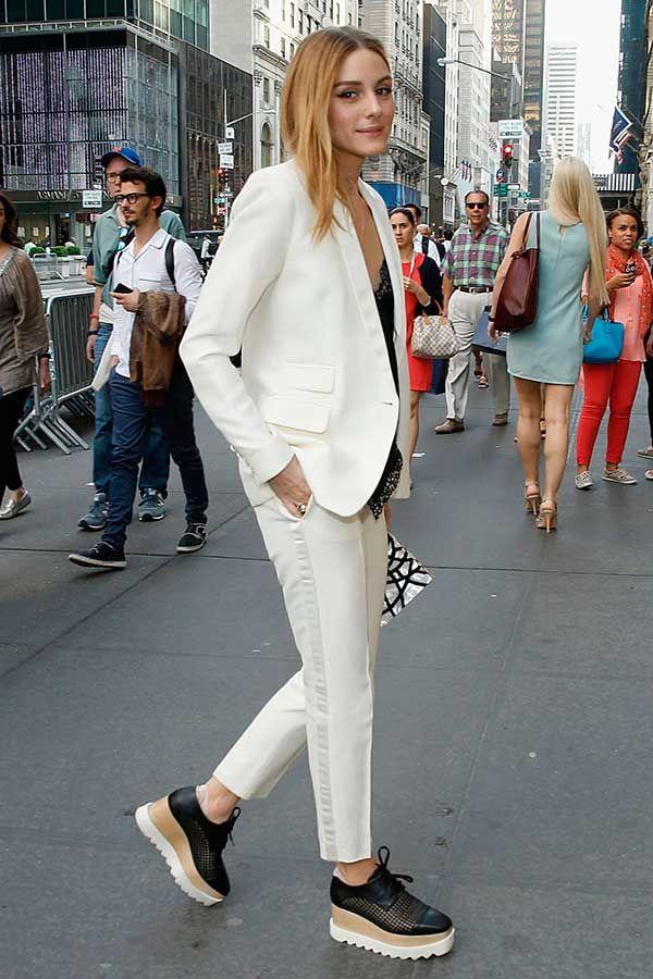 Olivia Palermo usa blazer e calça off white de conjunto e flatform