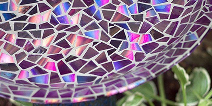 Come recuperare un piatto o un vaso scheggiato con un suggestivo mosaico ottenuto con cd riciclati: un fantastico gioco di luci e colori