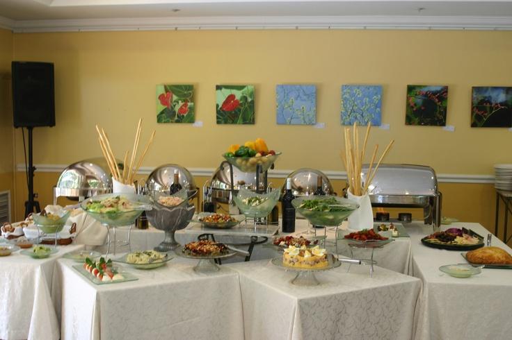 Mesa de ensaladas y pastas - Domingo de grill - Hotel Villa Morra Suites