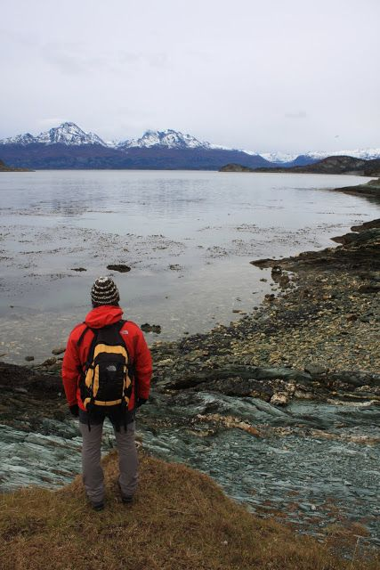 """A Tierra del Fuego está separada da América do Sul continental pelo estreito de Magalhães, tendo este sido navegado pelo explorador português durante 27 dias do mês de Novembro de 1520. Chamou-lhe """"Tierra del Fuego"""" devido aos numerosos fogos que observou ao longo da costa, sinais de aviso de uma tribo indígena para outra …"""