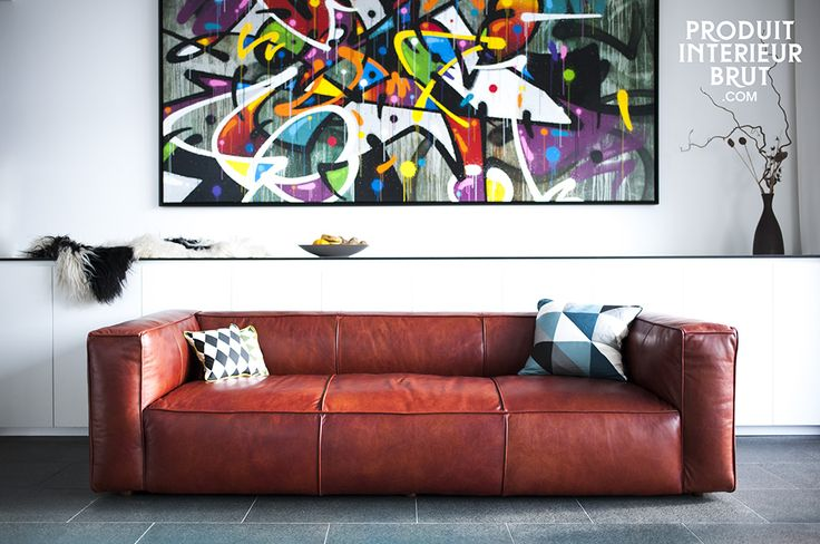 Le canapé Krieger est totalement composé de cuir pleine fleur, ce qui lui confère entre autres un style rétro moderne et chic.