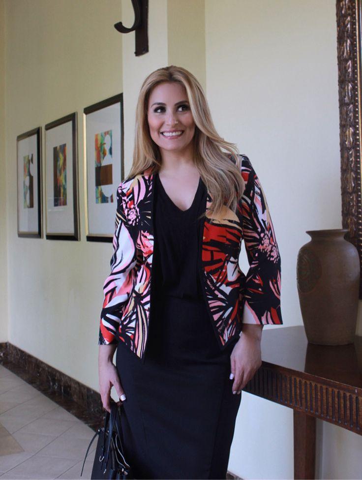 #FashionBySIMAN & Cristyana Somarriba Z: La chaqueta estampada es la protagonista de este look ejecutivo, la cartera y zapatos dan estilo.
