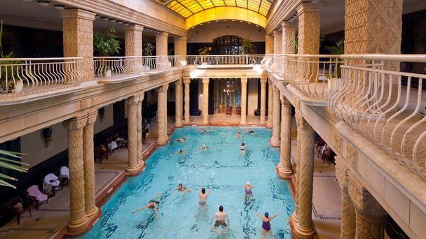 Het Gellért Hotel in Boedapest met thermaalbaden en gewone zwembaden die je in de waan brengen dat je in een Romeinse Lusthof drijft. Lees meer op http://www.boedapest-hongarije.nl/thermaalbad-gellert/