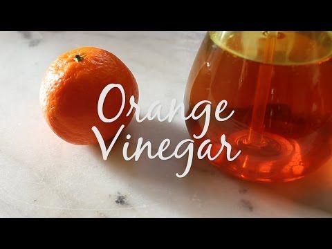 Üvegbe teszi a narancs héját, majd ecetet önt rá.