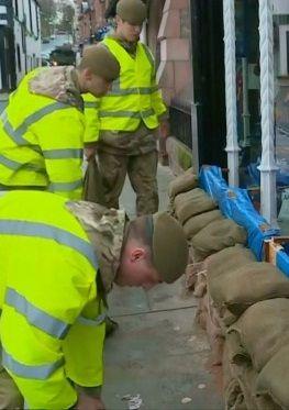 Wielka Brytania znów zagrożona powodzią. W umocnieniach pomaga wojsko - http://tvnmeteo.tvn24.pl/informacje-pogoda/swiat,27/wielka-brytania-znow-zagrozona-powodzia-w-umocnieniach-pomaga-wojsko,189512,1,0.html