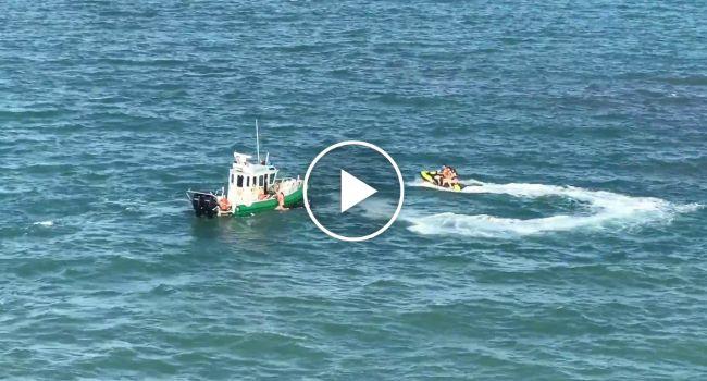 Navio Cruzeiro Quase Passa Por Cima De Duas Mulheres Que Caíram De Uma Mota De Água