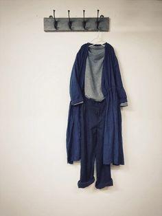 nest Robeの店員さんたちのコーディネートに多いのが、ワンピースやコートを合わせたコーディネート。 Iラインのシルエットで、やわらかいリネンをすっきりとおしゃれに見せてくれます◎