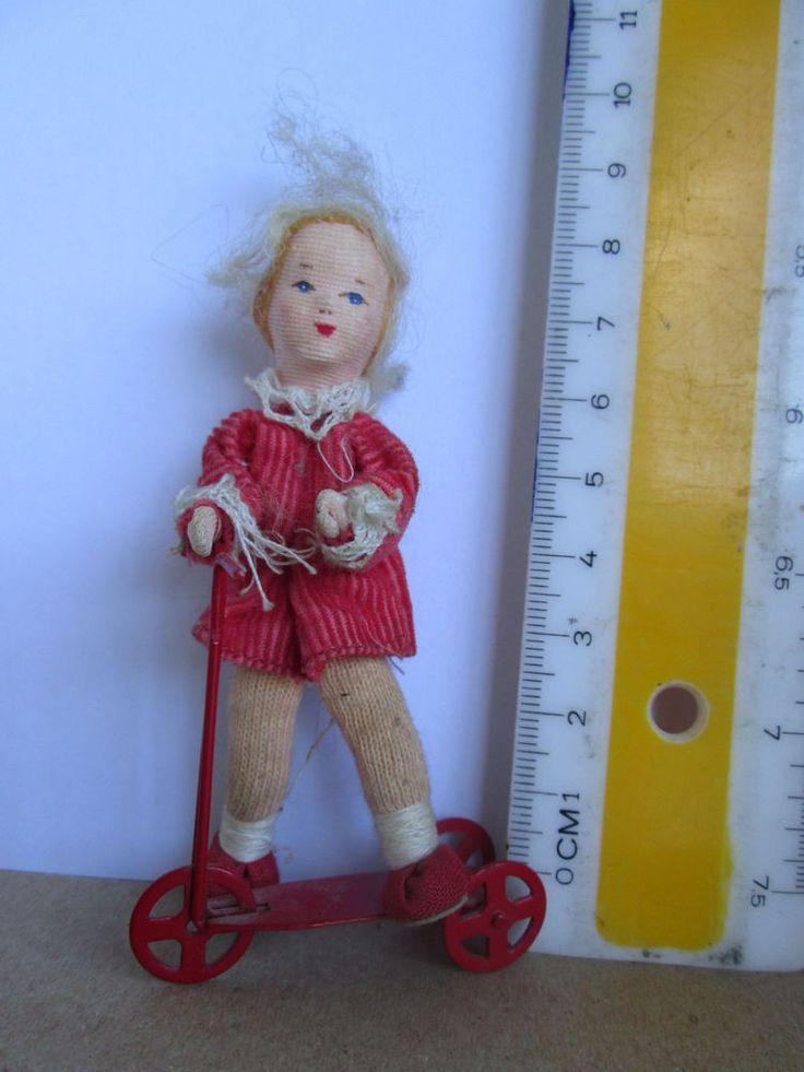 Kleines Mädchen mit Roller - Alte Puppe aus Konvolut - Dachbodenfund