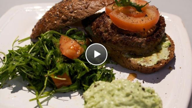 Polpettone con crema di avocado (hamburger met avocadocrème) - recept | 24Kitchen