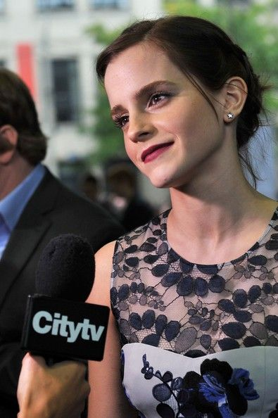 "Actress Emma Watson attends ""The Perks Of Being A Wallflower"" premiere during the 2012 Toronto International Film Festival at Ryerson Theatre on September 8, 2012 in Toronto, Canada. - ""The Perks Of Being A Wallflower"" Premiere Crediti : Zimbio Instagram : https://www.instagram.com/we.love.emma.watson.crush/ Passate dal nostro gruppo ; https://www.facebook.com/groups/445446642475974/ Twitter : https://twitter.com/GiacomaGs/status/907646326359445509 ? ~EmWatson"