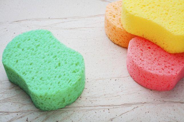 Con alcuni rimedi fai da te è possibile far splendere il marmo e rimuovere sporco e macchie di calcare. Bicarbonato e sapone di Marsiglia