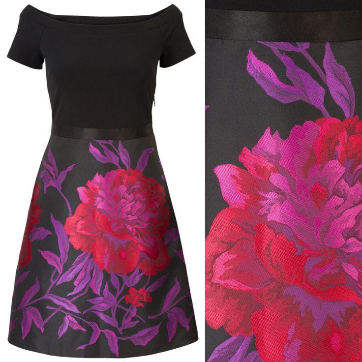 Off shoulder jurk met ingeweven bloemen jacquard. De jurk heeft korte mouwen waardoor dit item prettig op de schouders valt. Het model heeft een stretch kwaliteit bovenlijf, heeft een blinde rits aan de linkerzijde en valt tot boven de knie.