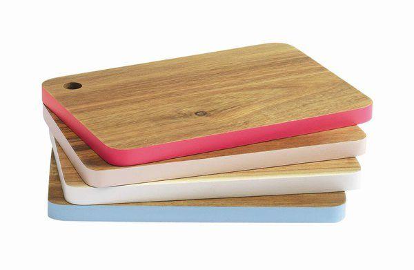 Planche à découper en bois Edgy. Dim : L 24 x l 16,5 x P 1,5 cm. 10,99 €. Confo Déco.