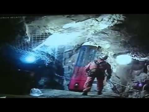 33 Mineros - Manuel González último rescatista solo abajo. - YouTube