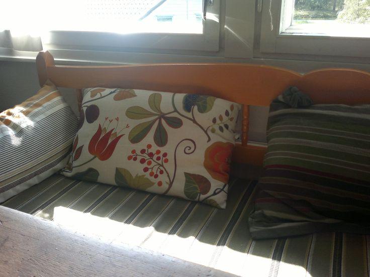 Träfärgad kökssoffa fick färg. Färgen heter Päiväntasaaja. Jag älskar färger!!!