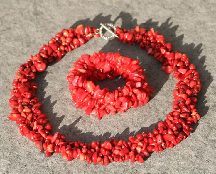 Ketting van rode koraal nuggets met bijpassende armband. Lengte ketting 45cm