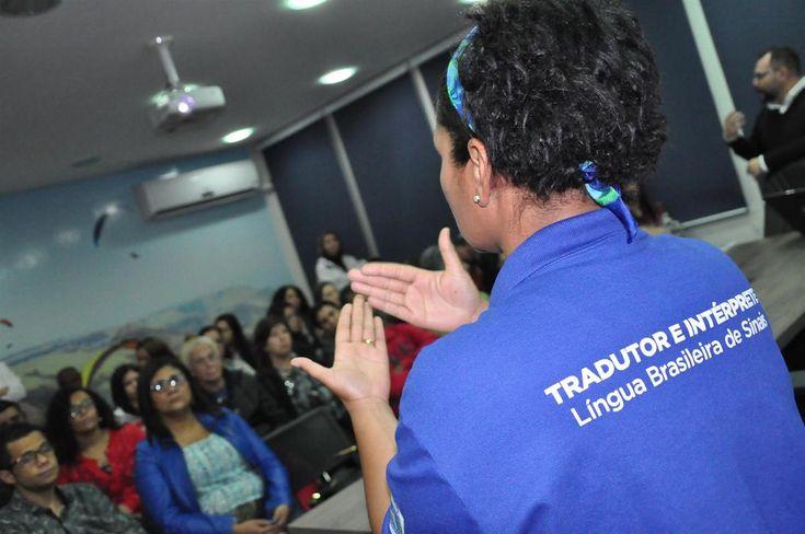 Deficientes auditivos de Botucatu passam a ter auxílio de intérpretes em consultas médicas  - A Prefeitura de Botucatu, por meio da Secretaria Municipal de Políticas de Inclusão, realizou na noite da última segunda-feira (5), no Auditório Cyro Pires, o lançamento do Programa de Intérprete de Libras na Saúde.  O evento contou com a presença do secretário de Políticas de Inclusão, Paulo He - http://acontecebotucatu.com.br/geral/deficientes-auditivos-de-bot