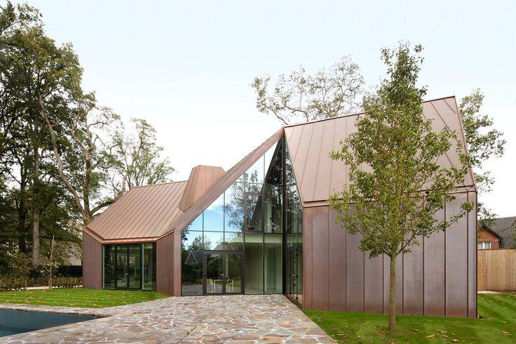 Casa VDV a Destelbergen, Belgio. progettata da Graux & Baeyens architects, è una edificio residenziale senza un fronte o un retro specifici, contaddistinta da un rivestimento in rame per il tetto e le sue facciate.  #CopperAwards2015