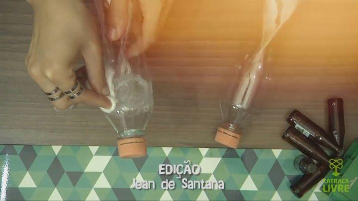 Dica fácil para retirar aquelas etiquetas irritantes dos frascos e outros utensílios.  Mais em: www.decoracaointeriores.org #home #sweethome #bathroom #decor #design