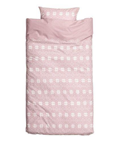 Hellrosa. Bettwäsche aus feinfädiger Baumwolle mit Musterdruck. Der Bettbezug wird unten mit verdeckten Metalldruckknöpfen geschlossen. Ein Kopfkissenbezug