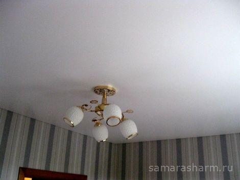 Общий вид зала с люстрой после установке натяжного потолка