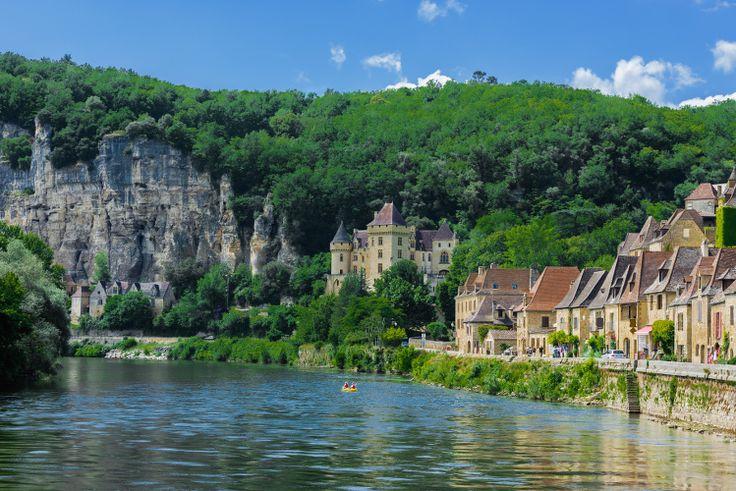 Les villages de France les plus romantiques. Laroque-Gageac, sur la Dordogne http://www.tourisme.fr/1739/office-de-tourisme-sarlat-la-caneda.htm