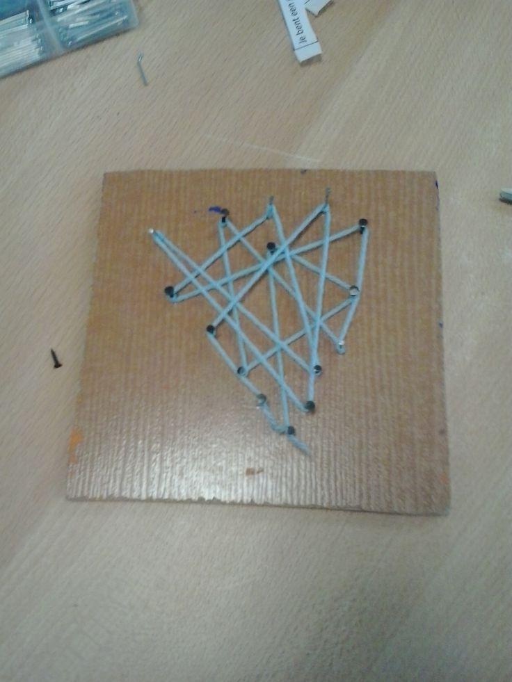 figuur nagelen in hout en vormen met wol