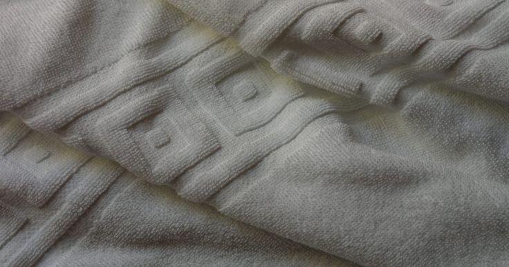 Cómo mantener mis toallas blancas. Envolverte en una suave toalla blanca después de un baño es un simple placer. Desgraciadamente después de un tiempo todas las toallas blancas se vuelven ligeramente deslucidas, a pesar de que las laves regularmente. Nada es menos atractivo que una toalla gris deprimente que fue en algún momento, blanca. Las personas frecuentemente piensan que es ...