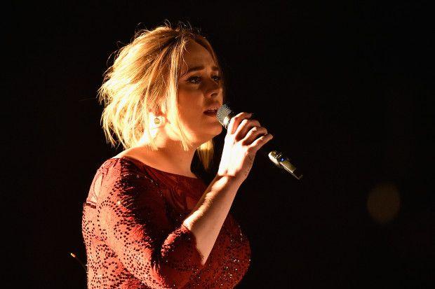 """Adele stona ai Grammy's: """"Cose che capitano"""" - Sono molti ad essere rimasti delusi dopo la performance di Adele ai Grammy Awards 2016. A causa di un problema tecnico, il suono era stonato. - Read full story here: http://www.fashiontimes.it/2016/02/adele-stona-grammys-cose-che-capitano/"""
