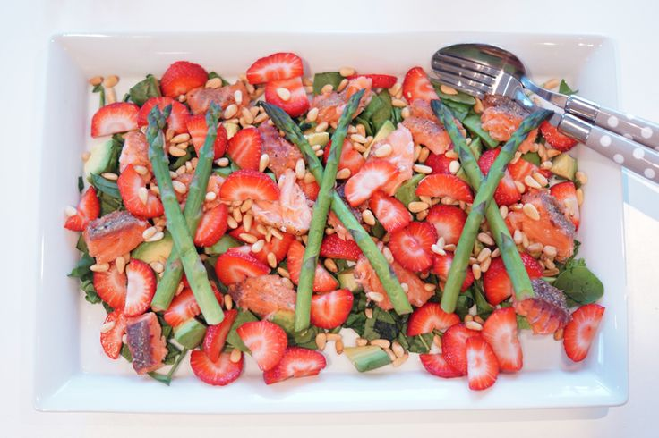 Salmon and strawberry salad with pine nuts, asparagus, avocado and spinach #laks #jordbaer #salat #pinjekjerner #asparges #avokado #spinat #sunn #laks #fish #fisk #healthy #easy #lett