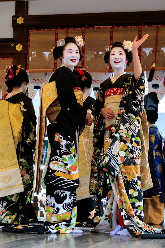 今年も節分行事に出かけてきました。 まずは2日に行われた八坂神社の「祇園さんの節分祭」。 先斗町の舞妓さん、宮川町の芸舞妓さんによる豆まきの様子をお届...