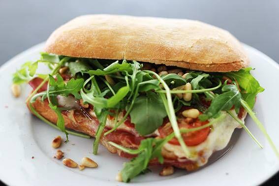 Lekker+aan+de+lunch+met+een+Italiaanse+ciabatta+mozzarella+met+parmaham.