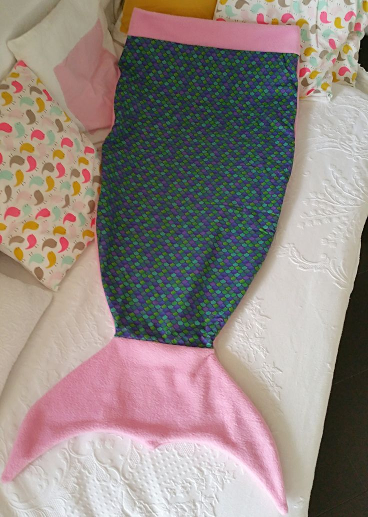 Coperta a forma di coda di sirena, in caldo pile rosa e stoffa con stampa di…
