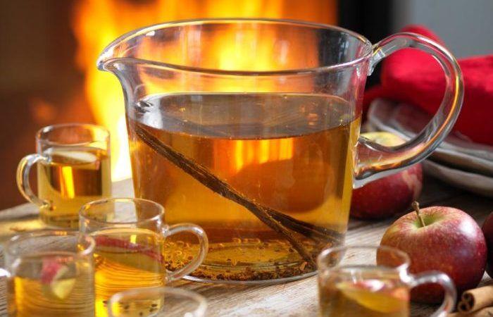 Välkomna gästerna med en varm äppeldryck som doftar vanilj, äpple, kanel och kardemumma! I vårt recept på äppeldryck ingår calvados, men den kan givetvis uteslutas om du vill ha drycken...