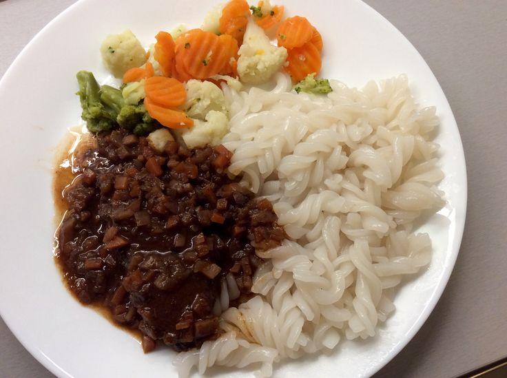 Kančí maso dušené na cibuli, kořenové zelenině, rajčatovém protlaku a koření se zeleninou a rýžovými těstovinami