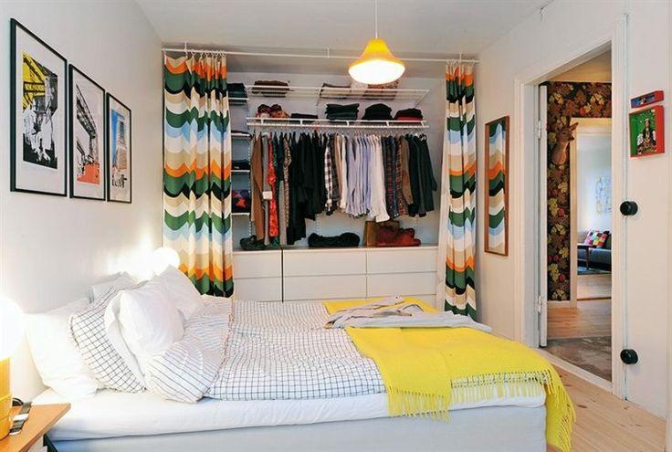 idée pour faire un dressing pour chambre à coucher avec rideaux en assortissant le mur tête de lit avec une autre déco qui fait des rappels et interchangeable. Idée à renouveler de la cimaise?