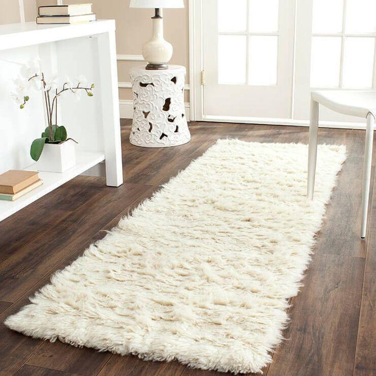 Ein flauschige weiße Shag Teppich dient als Kontrapunkt zu kalten Fußböden und ist der perfekte Ort für ein Buch genießen oder eine Tasse Tee genoss. Dieser Plüsch Teppich ist eine einladende Landeplatz für Haustiere und Menschen gleichermaßen.