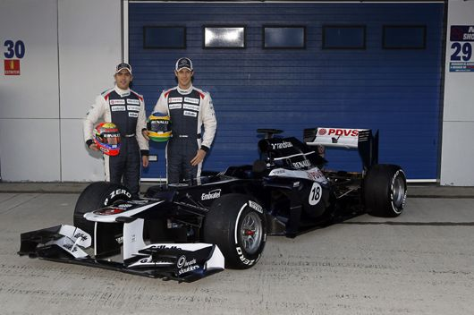 ウィリアムズは、ヘレステスト初日となる7日(火)の朝、ガレージ前で新車FW34を発表。新しいデザインのレーシングスーツに身を包んだドライバーのパストール・マルドナドとブルーノ・セナがFW34のアンベイルを行った。   ウィリアムズ FW34は、ウィリアムズにとって15年ぶりにルノーエンジンを搭載するマシン。また今季マシンですでにお馴染みとなっている段差ノーズはFW34にも装着されている。  この後行われるテストでは、パストール・マルドナドがFW34での初テストを担当する。