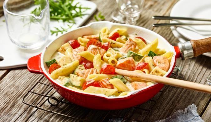 Für Fischfreunde empfiehlt das MAGGI Kochstudio die cremigen Penne mit Lachs und Gemüse - einfach die richtige Wahl!
