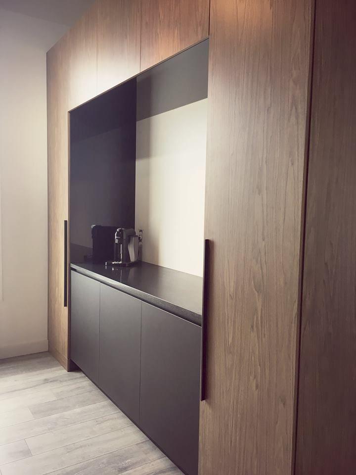 Modern kitchen with melamine and thermo cabinets.Cuisine moderne en mélamine et en thermoplastique noir mat.