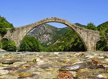 """εν πλω σημειώσεις  φωτογραφίας : """"το γεφύρι της Πλάκας στο ποταμό Άραχθο ,έπεσε"""""""