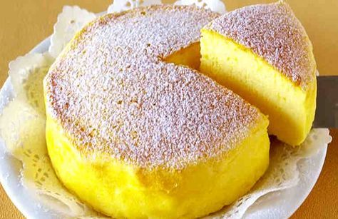 Это совершенно удивительный японский торт - и не только потому что его можно очень легко и быстро готовить, а ещё и потому что он очень вкусный и выглядит очень аппетитно. Всего 3 ингредиента - и без муки! Он отлично подходит сладкоежкам, которые следят за своей фигурой и людям, которые не мог