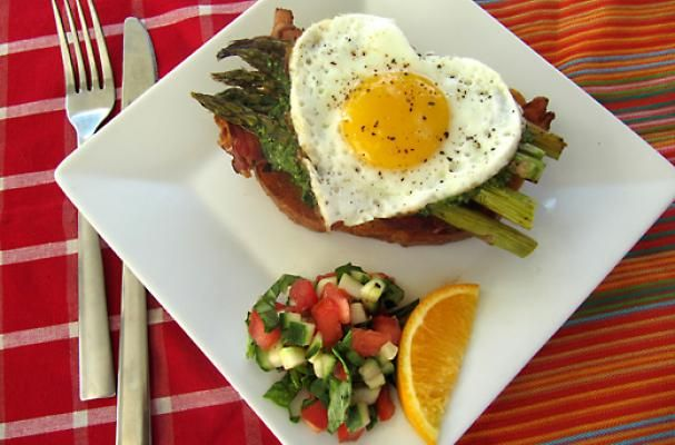 Open face egg sandwich with bacon asparagus and pesto for Easy breakfast in bed ideas