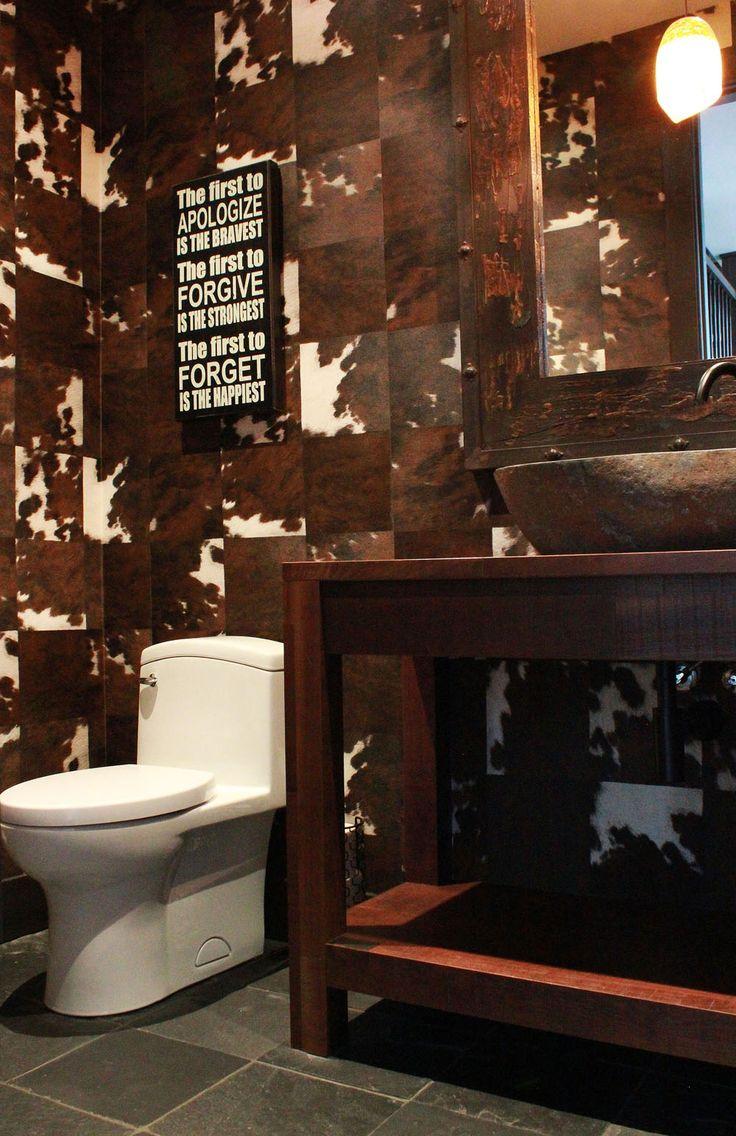 Petite salle de bain avec papier peint peau de vache
