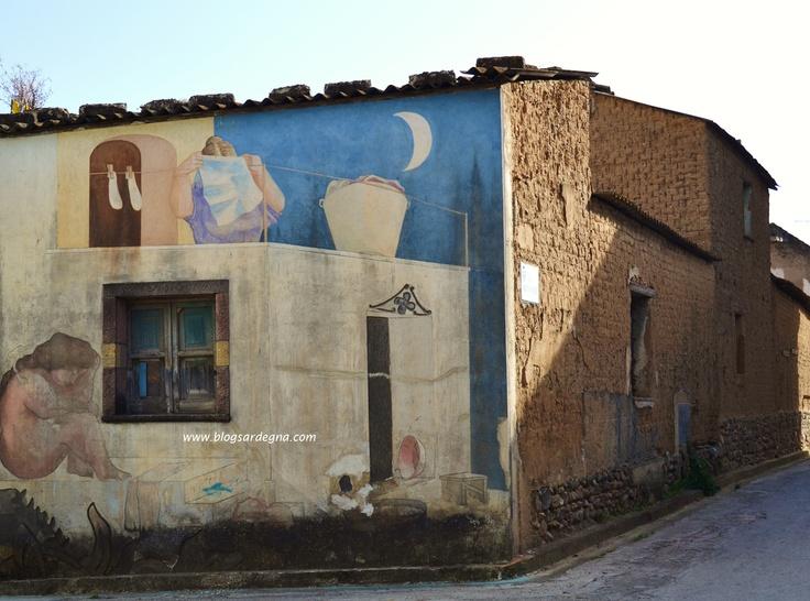 """#Sardegna #Sardinia #Murales   Diego Asproni - 1995 -  """"Figura di donna di Diego Asproni originario di Bitti, propone le sue figure di donna tondeggianti e paffute. Asproni utilizza per questo murales, la tecnica dell'affresco, colora cioè le figure su intonaco non ancora asciutto"""""""