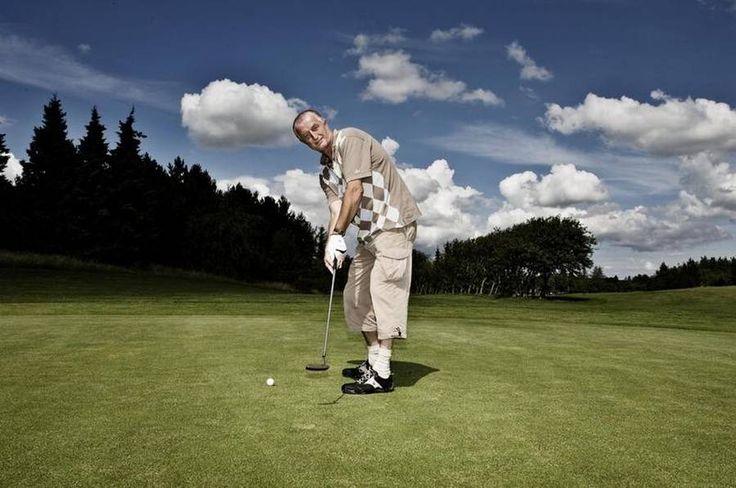Dyne-Larsen  elsker at spille golf og er primus motor i Made in Denmark-turneringen, som hidtil har fået 7,5 millioner i offentlig støtte af Region Nordjylland. Nu truer han med at flytte turneringen til Sjælland, hvis regionen fjerner støtten. (Foto: Emil Ryge Christoffersen)