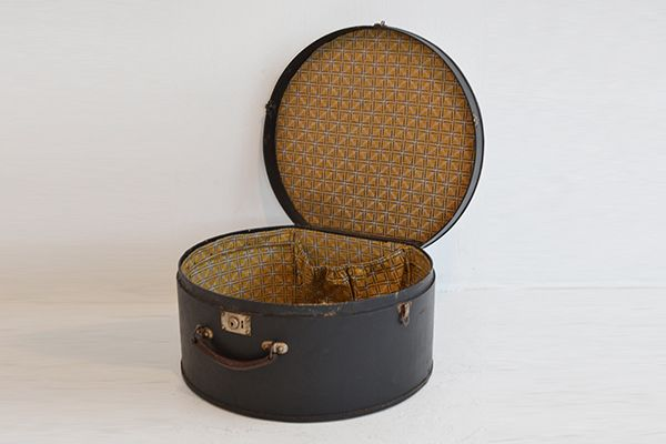 Hat Box | France | Hat Box in impeccable conditions and with gorgeous lining | AVAILABLE IN SHOWROOM