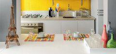Piso tátil para deficientes visuais reveste parede de cozinha