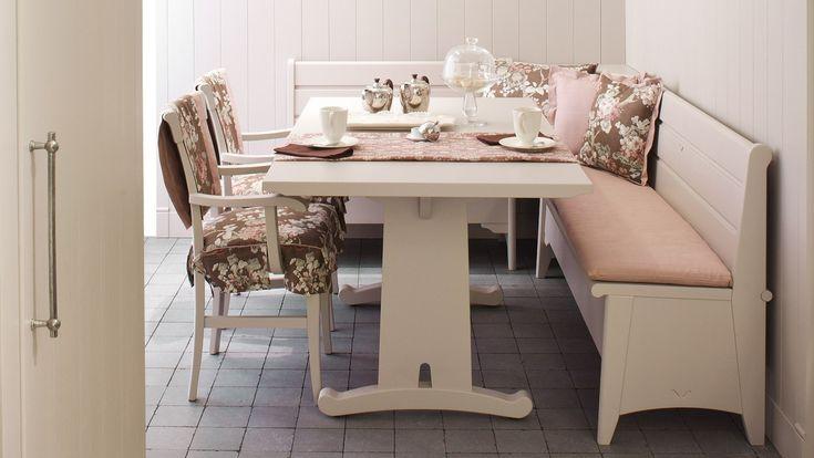 Mobili per cucina in legno, collezione English Mood. Tavolo Fratino con panca e sedie Lynton.